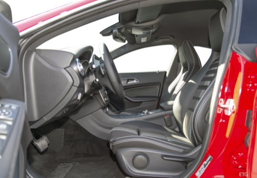 MERCEDES-BENZ Klasa CLA sedan wnętrze