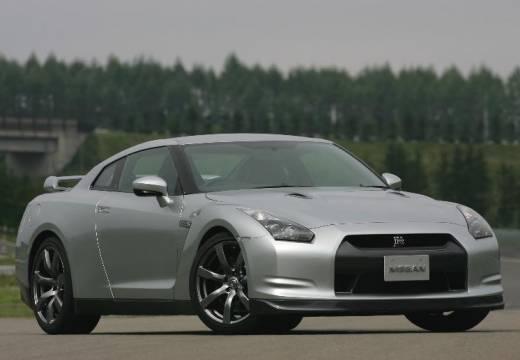 NISSAN GT-R coupe silver grey przedni prawy