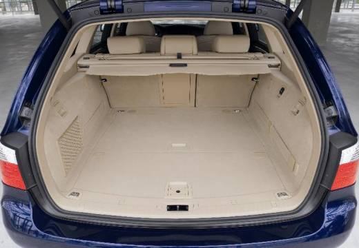 BMW Seria 5 Touring E61 II kombi niebieski jasny przestrzeń załadunkowa