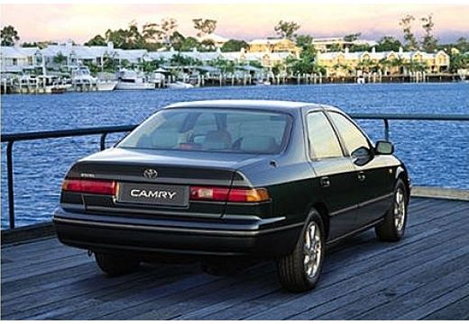 Toyota Camry sedan czarny tylny prawy