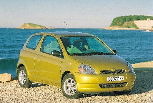 Toyota Yaris I hatchback żółty przedni prawy