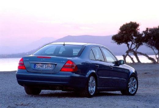 MERCEDES-BENZ Klasa E W 211 I sedan niebieski jasny tylny prawy