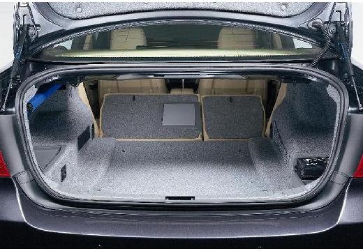 BMW Seria 3 E90 I sedan szary ciemny przestrzeń załadunkowa