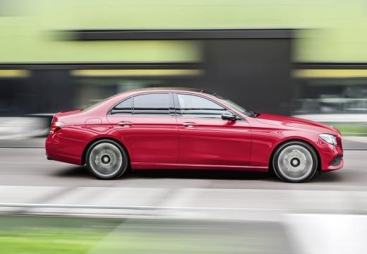 MERCEDES-BENZ Klasa E W 213 sedan czerwony jasny boczny prawy