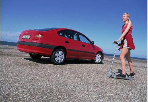 Toyota Avensis Liftback II hatchback czerwony jasny tylny prawy