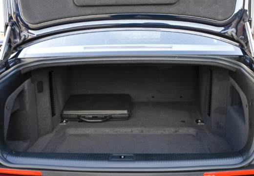 AUDI A8 4E II sedan przestrzeń załadunkowa
