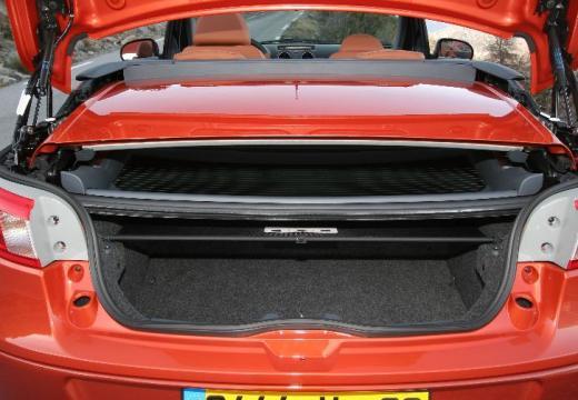 MITSUBISHI Colt kabriolet pomarańczowy przestrzeń załadunkowa