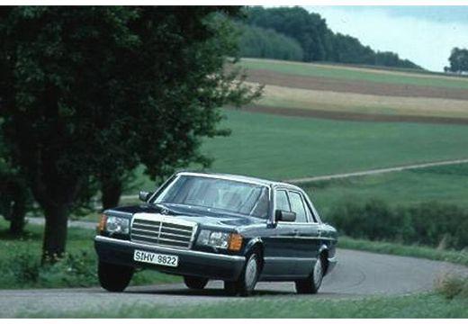 MERCEDES-BENZ 126 sedan czarny przedni lewy