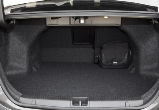 SUZUKI Kizashi sedan czarny przestrzeń załadunkowa