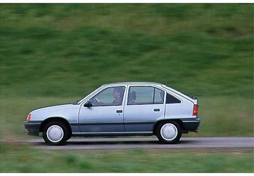OPEL Kadett E hatchback niebieski jasny boczny lewy