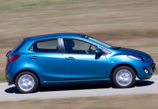 MAZDA 2 III hatchback niebieski jasny boczny prawy