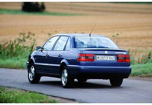 VOLKSWAGEN Passat II sedan niebieski jasny tylny lewy