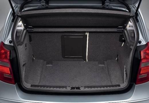 BMW Seria 1 E81 hatchback silver grey przestrzeń załadunkowa