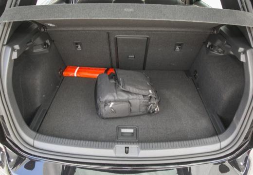 VOLKSWAGEN Golf VII I hatchback czarny przestrzeń załadunkowa