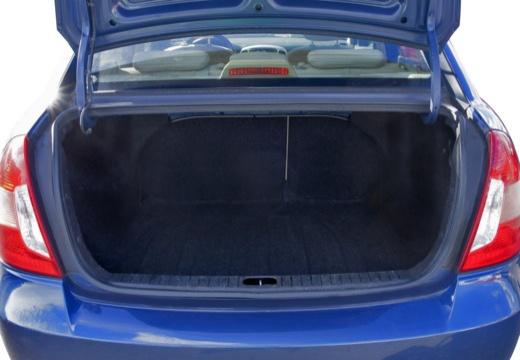 HYUNDAI Accent IV sedan niebieski jasny przestrzeń załadunkowa