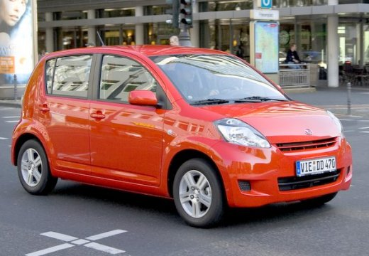 DAIHATSU Sirion III hatchback pomarańczowy przedni prawy
