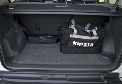 Toyota Land Cruiser 150 I kombi biały przestrzeń załadunkowa