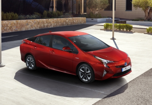 Toyota Prius hatchback czerwony jasny przedni prawy