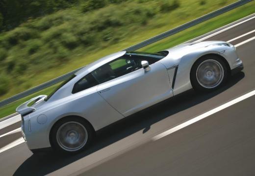 NISSAN GT-R coupe silver grey boczny prawy