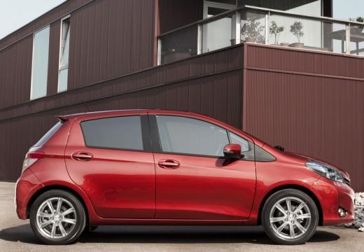 Toyota Yaris V hatchback czerwony jasny boczny prawy