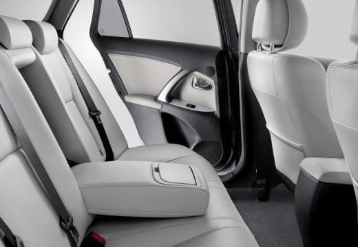 Toyota Avensis VI sedan wnętrze