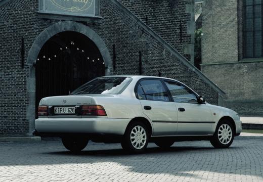 Toyota Corolla sedan biały tylny prawy