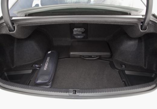 LEXUS IS IV sedan biały przestrzeń załadunkowa
