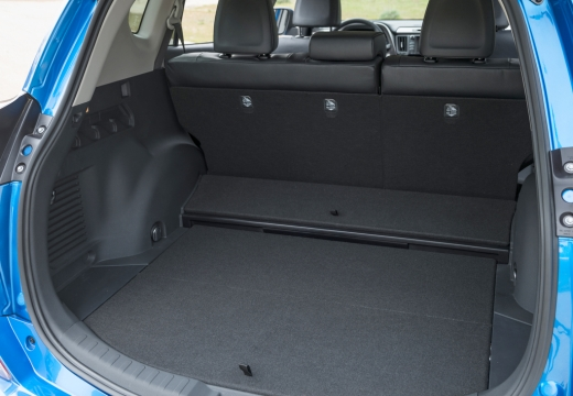 Toyota RAV4 VIII kombi niebieski jasny przestrzeń załadunkowa