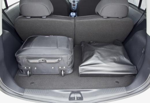 MITSUBISHI i-MiEV hatchback biały przestrzeń załadunkowa