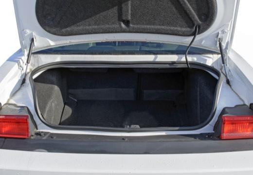 DODGE Challenger coupe biały przestrzeń załadunkowa
