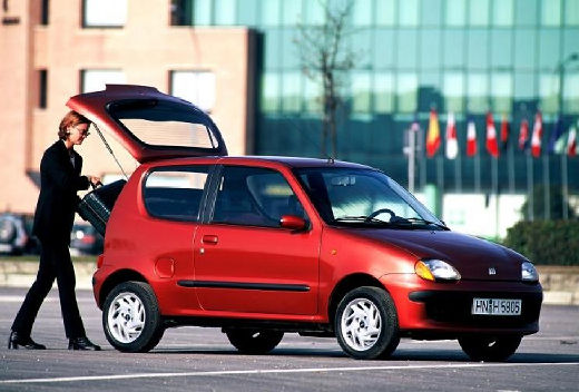 FIAT 600 hatchback czerwony jasny przedni prawy