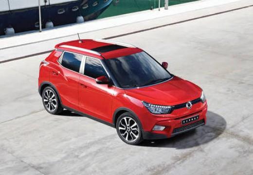 SSANG YONG Tivoli hatchback czerwony jasny górny przedni
