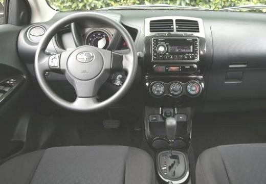 SCION xD hatchback czerwony jasny tablica rozdzielcza