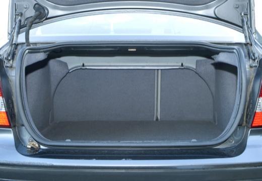 VOLVO S40 IV sedan niebieski jasny przestrzeń załadunkowa