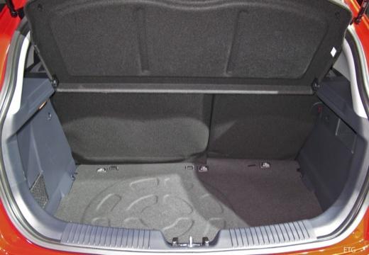 KIA Rio VII hatchback czerwony jasny przestrzeń załadunkowa