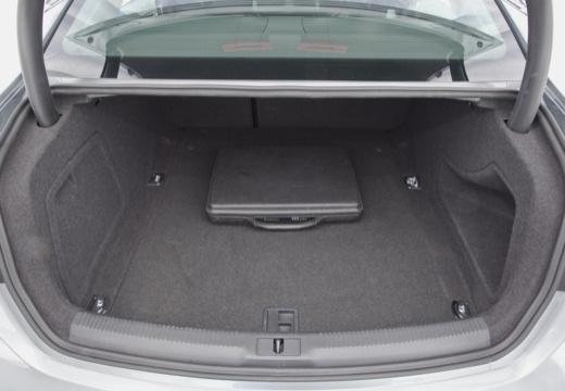 AUDI A4 B8 I sedan silver grey przestrzeń załadunkowa