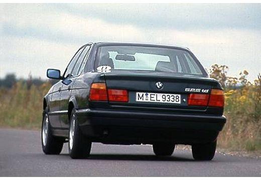 BMW Seria 5 E34 sedan czarny tylny lewy