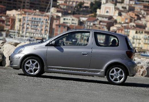 Toyota Yaris II hatchback silver grey boczny lewy