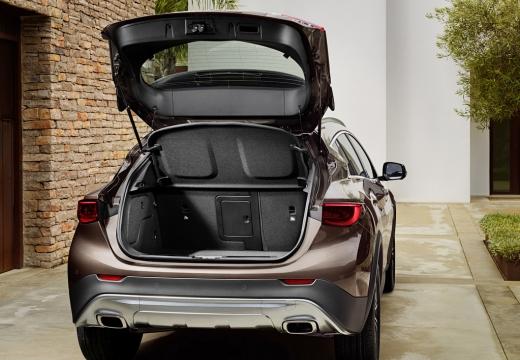 INFINITI QX30 hatchback brązowy przestrzeń załadunkowa