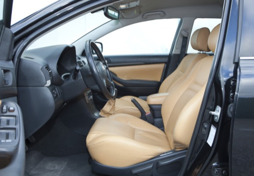 Toyota Avensis III kombi czarny wnętrze