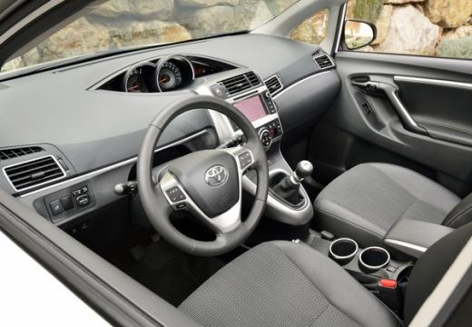 Toyota Verso kombi mpv wnętrze