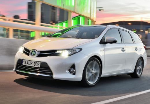 Toyota Auris kombi biały przedni lewy