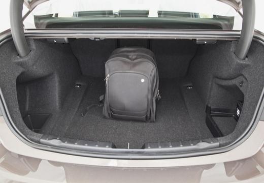 BMW Seria 3 F30 sedan brązowy przestrzeń załadunkowa