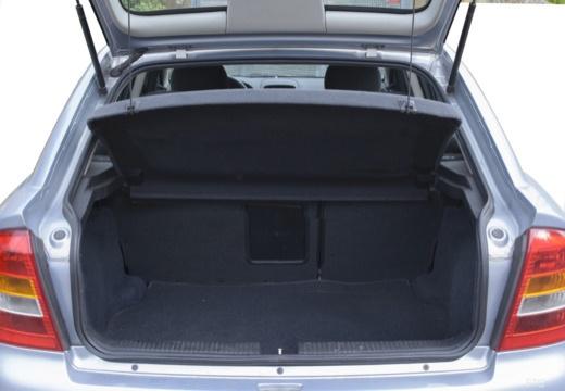 OPEL Astra II hatchback silver grey przestrzeń załadunkowa