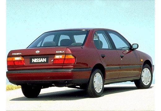 NISSAN Primera I sedan bordeaux (czerwony ciemny) tylny prawy