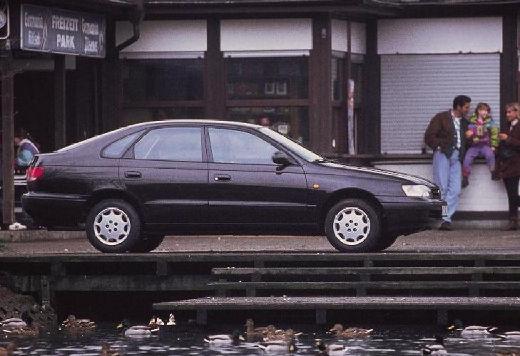 Toyota Carina hatchback czarny boczny prawy