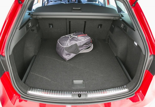 SEAT Leon ST I kombi czerwony jasny przestrzeń załadunkowa
