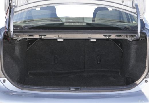 Toyota Corolla I sedan przestrzeń załadunkowa