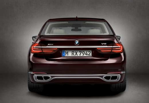 BMW Seria 7 sedan fioletowy tylny