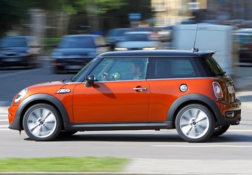MINI [BMW] Mini MINI One IV hatchback czerwony jasny boczny lewy